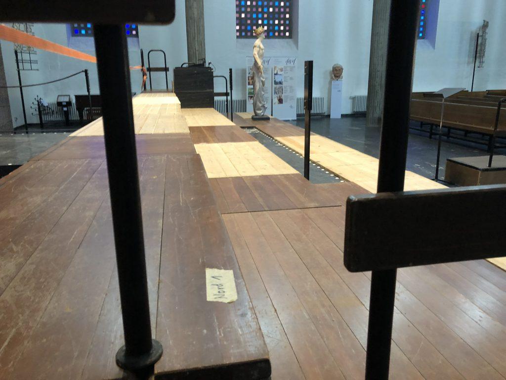 Das Bild zeigt ein umfangreiches Chorpodest in einem Kirchenraum